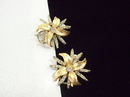 Vintage Poinsettia Rhinestone Brushed Gold Plate Clip on Earrings Flower Xmas - $14.36