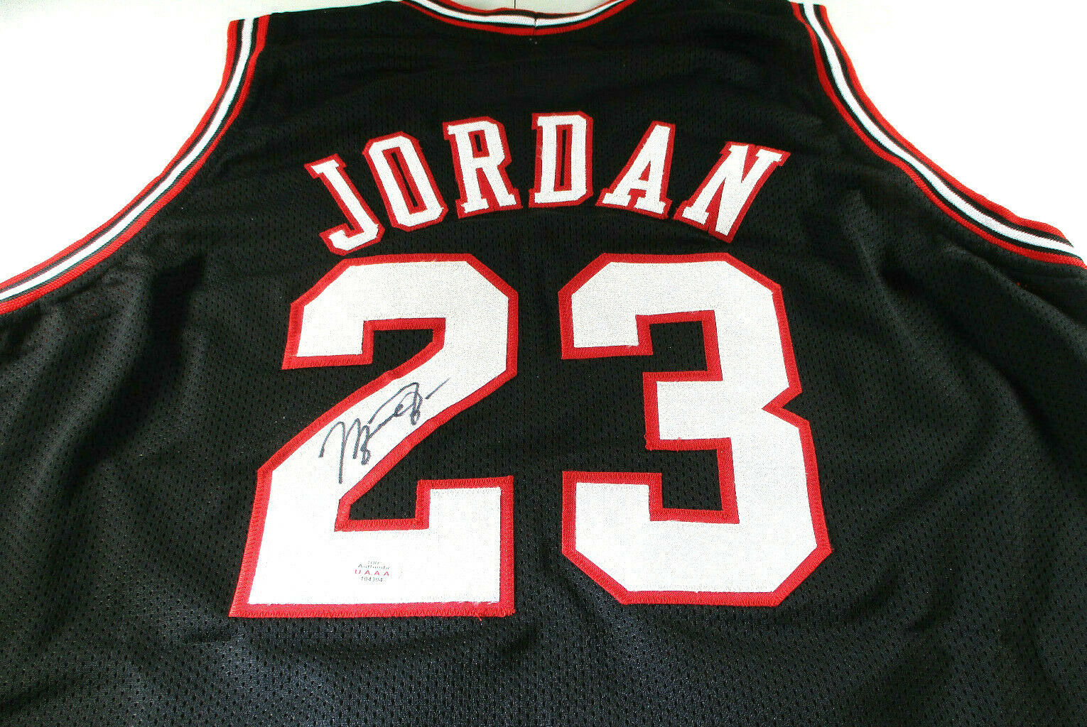 MICAHEL JORDAN / NBA HALL OF FAME / AUTOGRAPHED CHICAGO BULLS CUSTOM JERSEY COA
