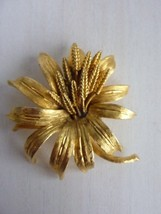 Vintage BSK Flower Brooch Jewelry Flower Gold Tone - $18.57