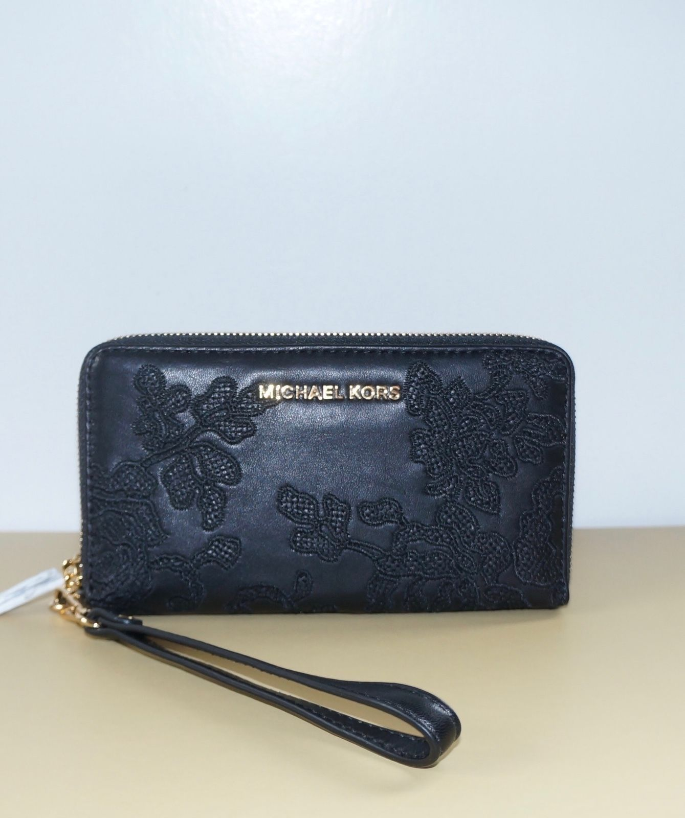 9a9240617189 S l1600. S l1600. Previous. NWT MICHAEL KORS LACE JET SET TRAVEL LG FLAT  MULTIFUNCTION PHONE CASE - BLACK