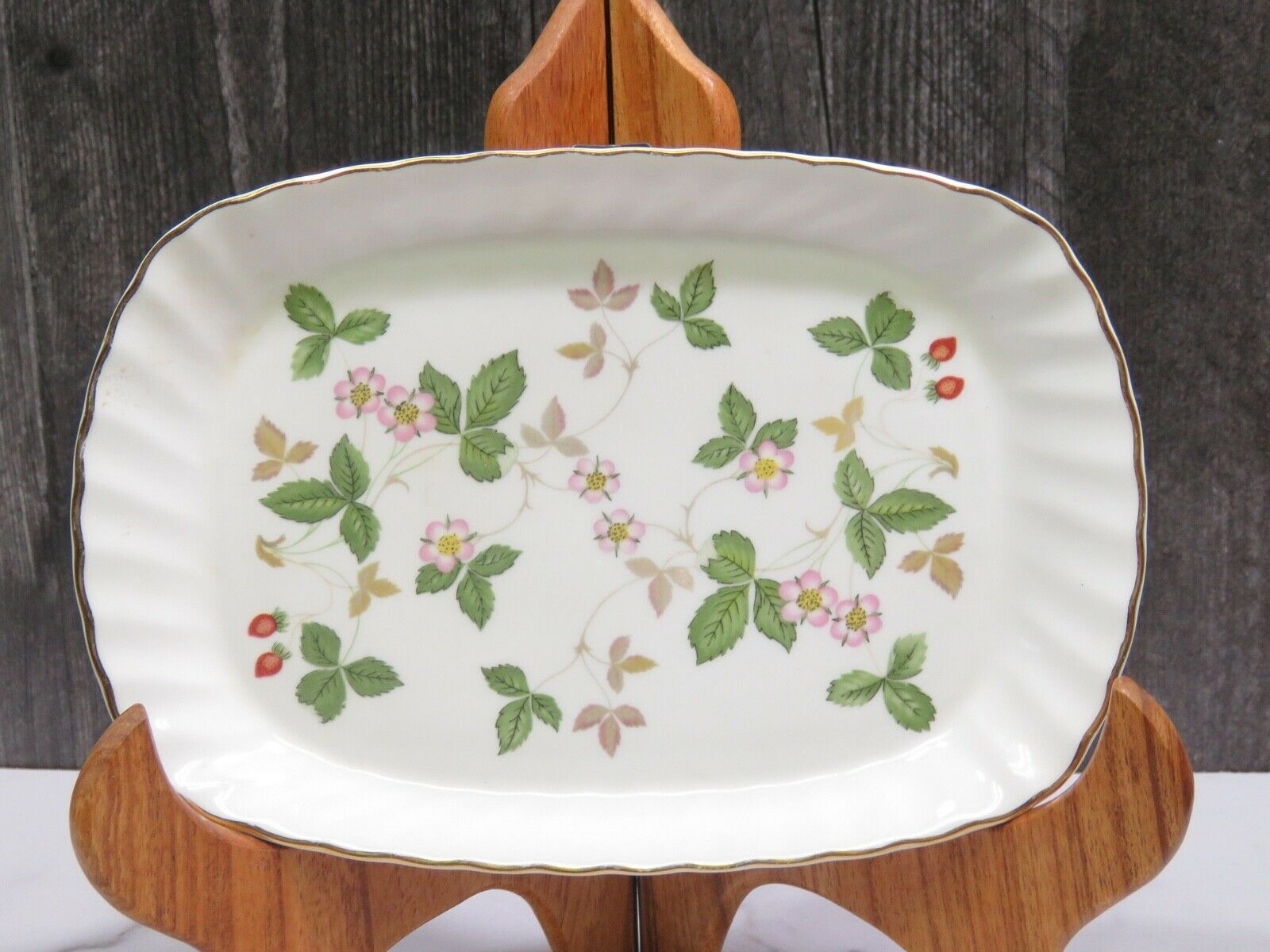 """Hard to Find Wedgwood Wild Strawberry Oblong Tray 8 1/8"""" Scalloped Edge"""