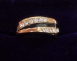 V16 AVON sz 6 ring: clear chips straddle black inlay on gold band + gift bag - $4.99