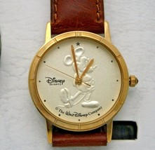 Mickey Mouse Watch Disney Classic Gold Tone 32 mm W/ Embossed Mickey New - $2.217,62 MXN