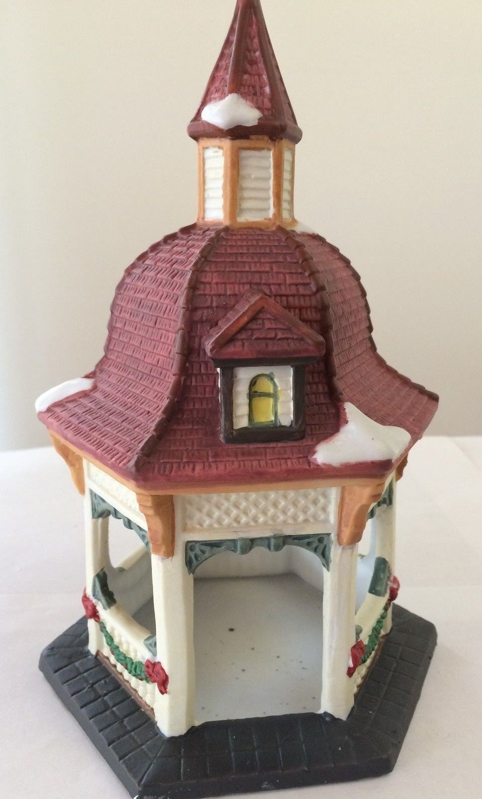 DICKENS COLLECTABLES TOWN SERIES PORCELAIN HAND-PAINTED GAZEBO W/ ORIGINAL BOX