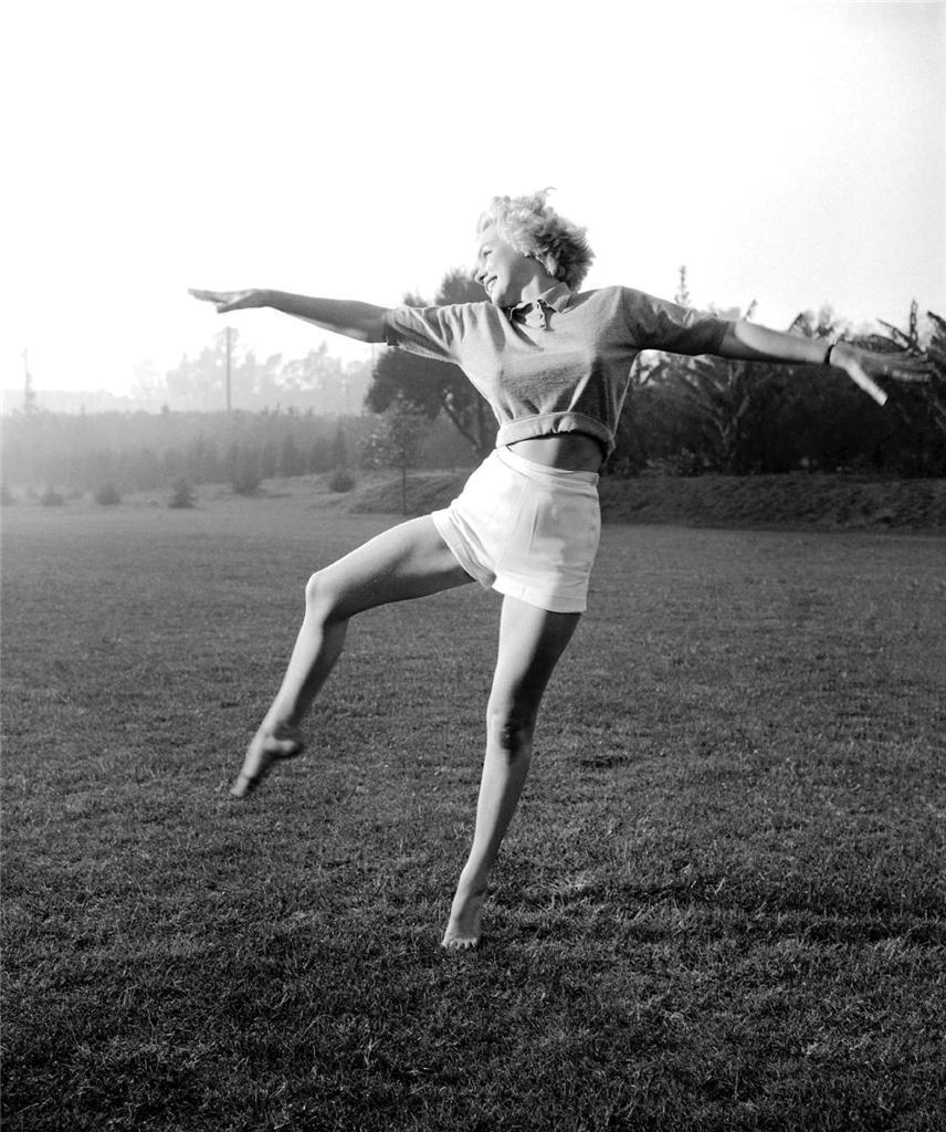 Marilyn Monroe exercises in the grass Hollywood  4 x 6 photo reprint