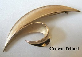 Vintage 1950's Crown Trifari Brushed Gold Leaf Shaped Brooch Pin - $17.81