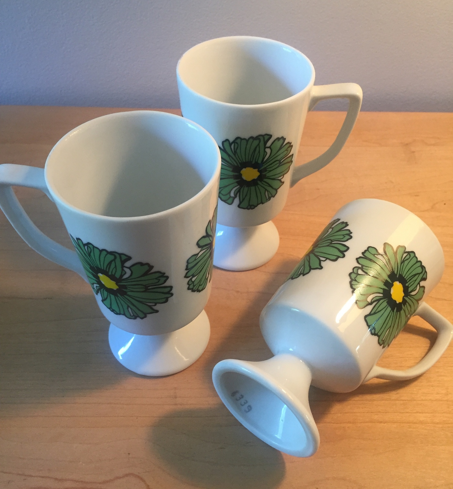 Vintage 70s Graphic Flower pedestal mug- set of 3