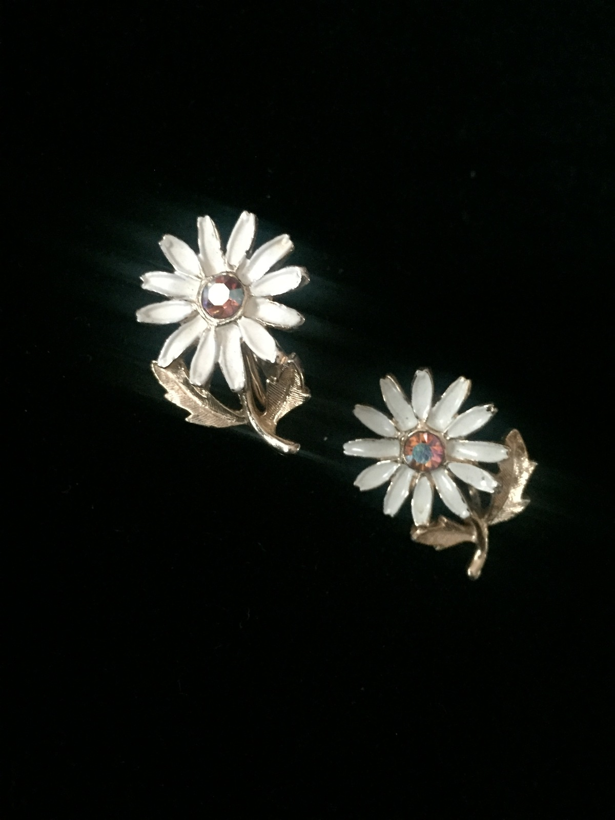 Vintage 60s clip on enameled daisy with gold vine and leaves earrings