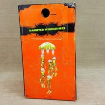 "Haunted Windchimes Halloween Skeleton Skulls 22"" Sound Moves Shakes Ligh... - $911,17 MXN"