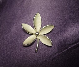 Crown Trifari Satin Finish Silver Tone Daisy Brooch Pin - $24.75