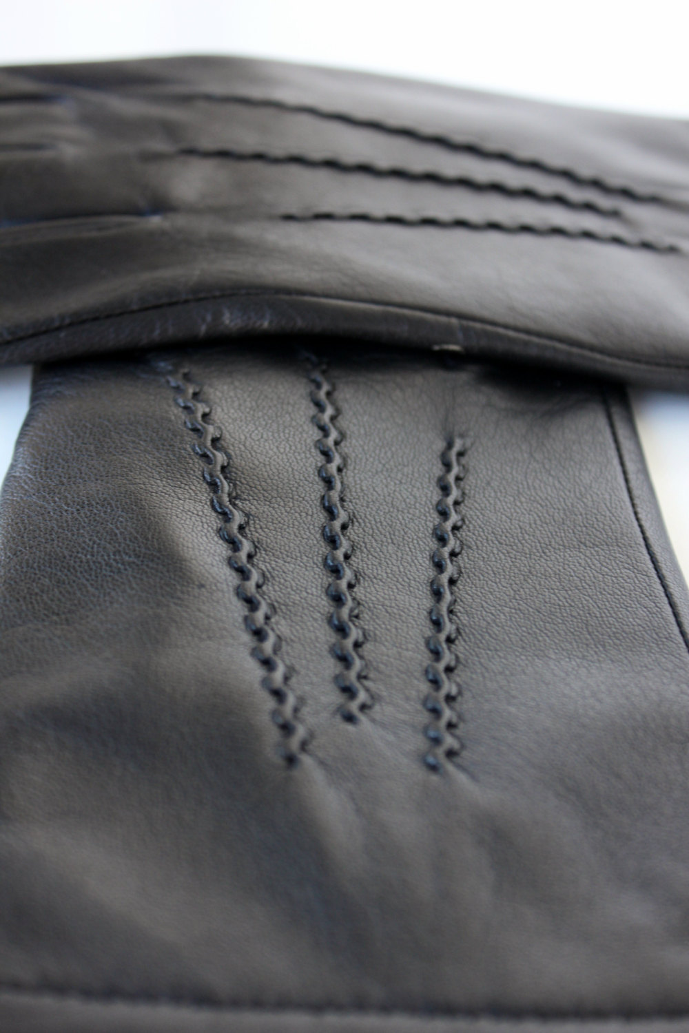 """""""The Gentleman's Touch"""". Men's elegant gloves made with sheepskin leather"""