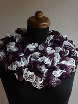 Ruffle scarf, Frilly scarf, Knitted scarf, Purple White scarf, Mothers d... - €11,03 EUR