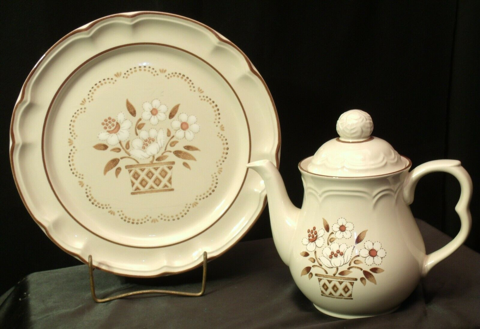 Cumberland Stoneware Mayblossom Pitcher with lid & Serving Tray AA-192035-F Vin