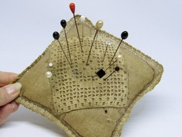 PRIMITIVE HAT PIN NEEDLE HATPIN HOLDER CUSHION CROCHET WITH LOTS OF PINS - $14.84