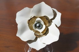 Sarah Coventry White & Gold Tone Flower Brooch Pin - $19.71