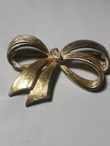 Vintage Avon Gold Tone Textured Dimensional Ribbon  Brooch w/3 stones Go... - $8.91