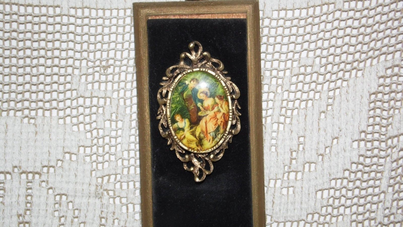 VINTAGE FRENCH COURTING COUPLE PORCELAIN CAMEOS ON VELVET & WOOD WALL HANGING