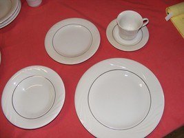 Gibson Everyday 5 Pc Place Setting Wave Pattern - $9.95