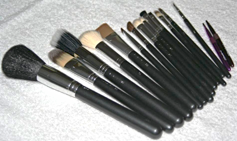 M.A.C. 16-Piece Full Size Professional Cosmetic Makeup Brush Set