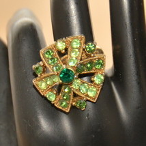 vintage green rhinestone large gold tone cocktail ring - $14.84
