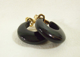 VINTAGE CROWN TRIFARI JET BLACK HOOP CLIP ON EARRINGS ELEGANT CLASSIC ES... - $16.82