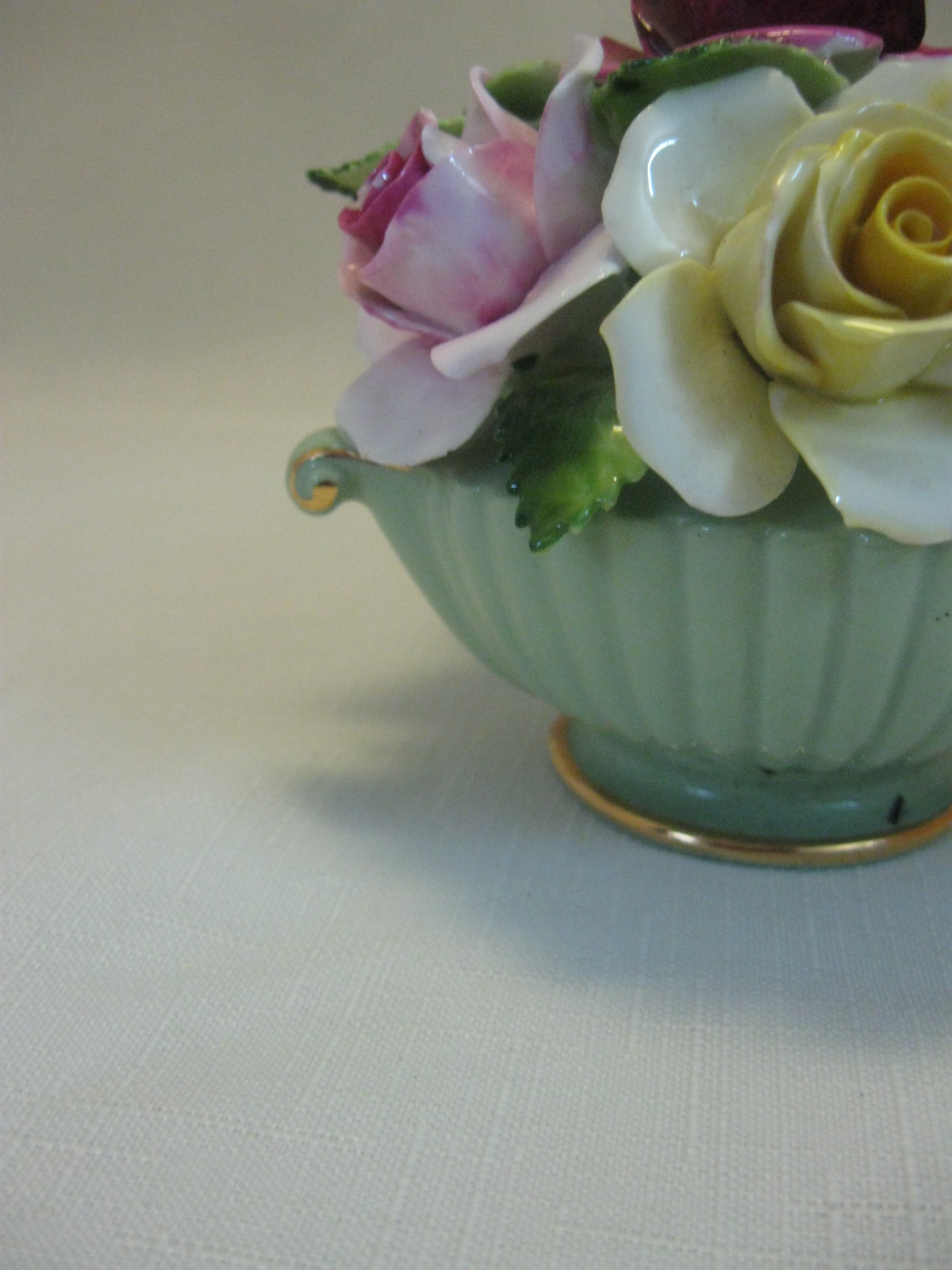 Figurine Floral in Green Pale Vase Bone China Rose Flowers Assorted Colors Royal
