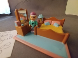Polly Pocket Pollyville Misc Room (Bedroom with figure) - $10.00