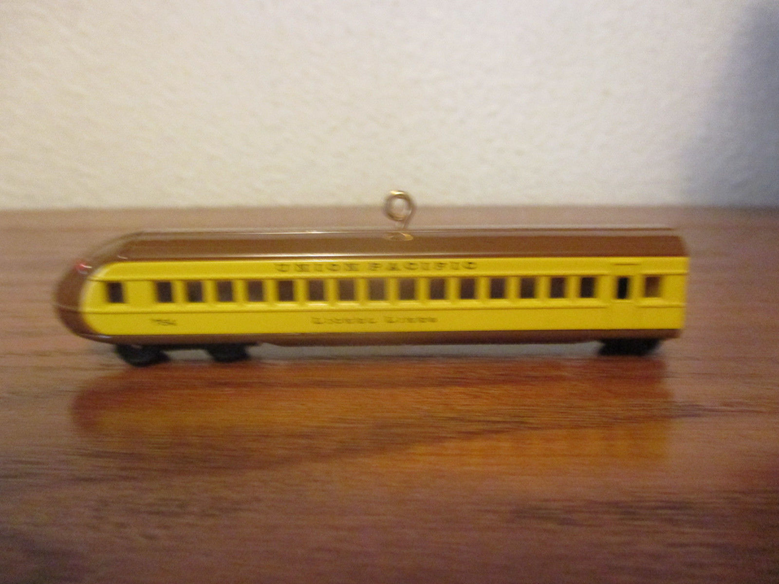 Lionel Hallmark Keepsake Ornament Union Pacific Streamliner Buffet Coach