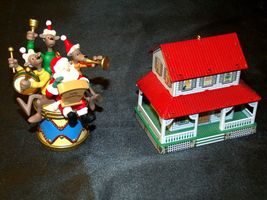 Hallmark Keepsake Ornaments Kris and the Kringles & Farm House AA-191792B  Colle image 3
