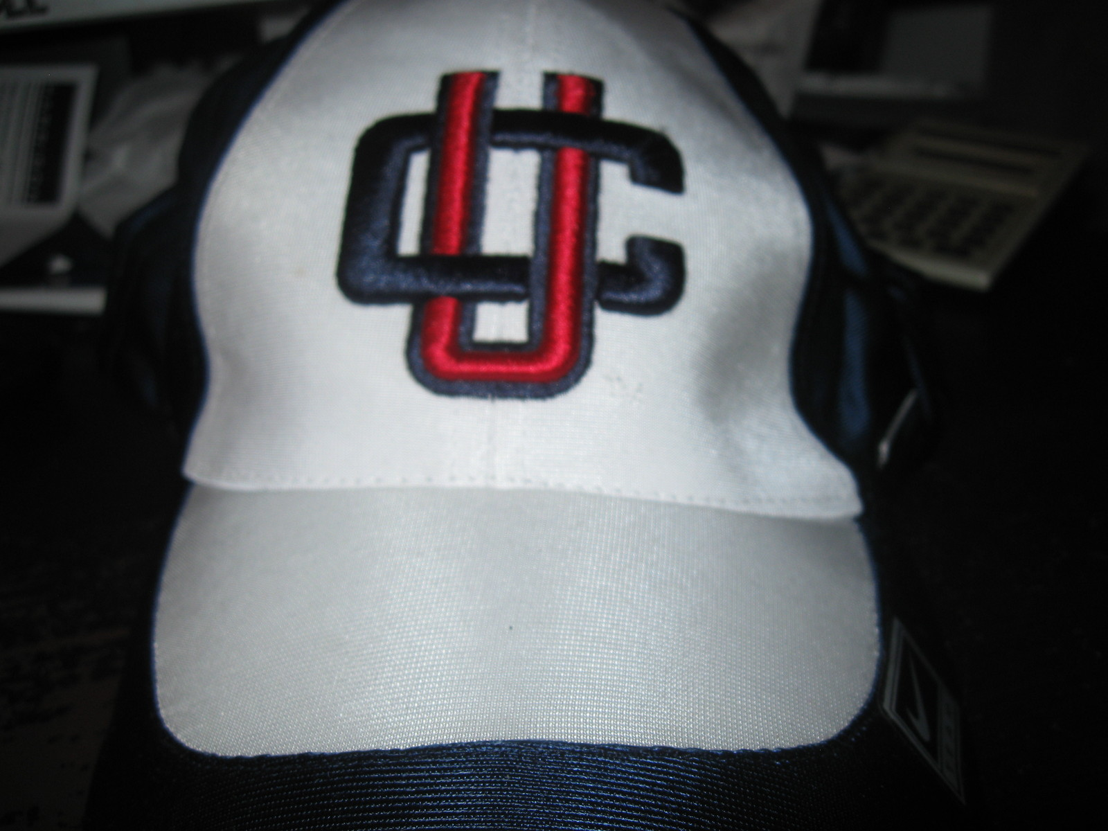 UCONN HUSKIES   HAT EMBRIODED!