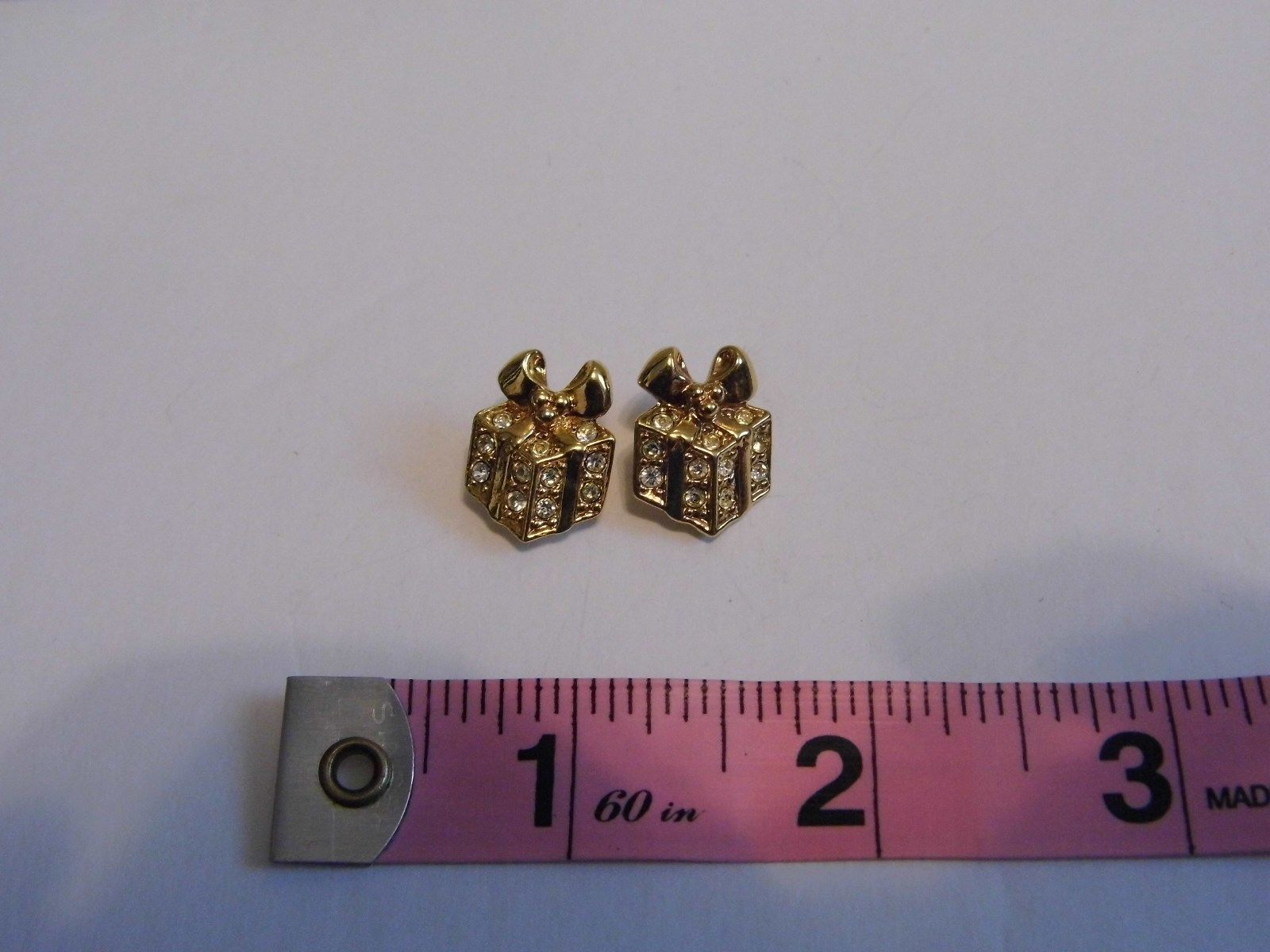 VTG Avon Pair Pierced Earrings Holiday Present Gold Tone Costume Fashion Jewelry