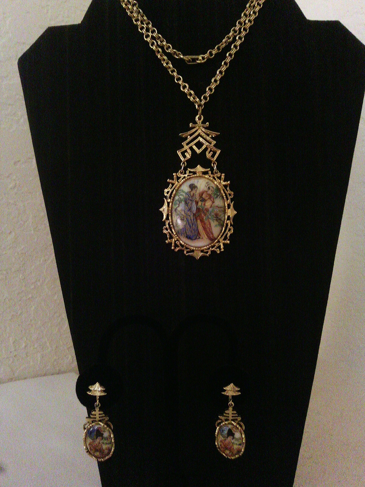 Vintage Art Mode Signed Asian Motif Gold Tone Necklace and Earrings Jewelry Set