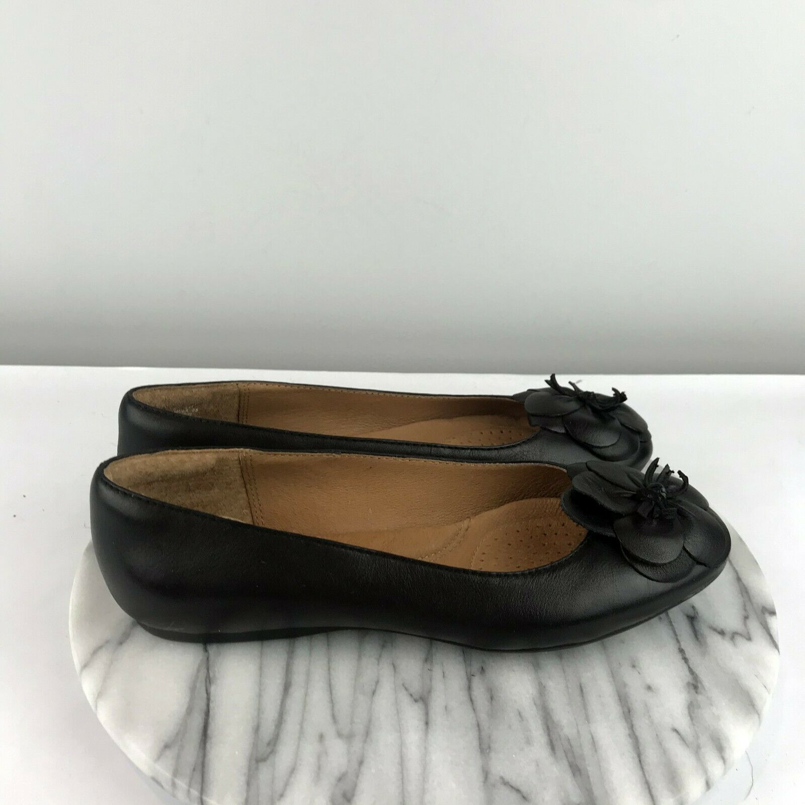Primary image for Clarks Artisan Aldea Palm Flower Womens Size 6.5 Black Leather Casual Flats
