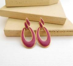 Retro Vintage Small Red-Violet Enamel Gold Tone Mod Hoop Dangle Earrings L5 - $11.89