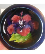 Vintage Moorcroft Pottery Bow Pin Trinket  Cobalt Blue with Hibiscus Eng... - $64.40