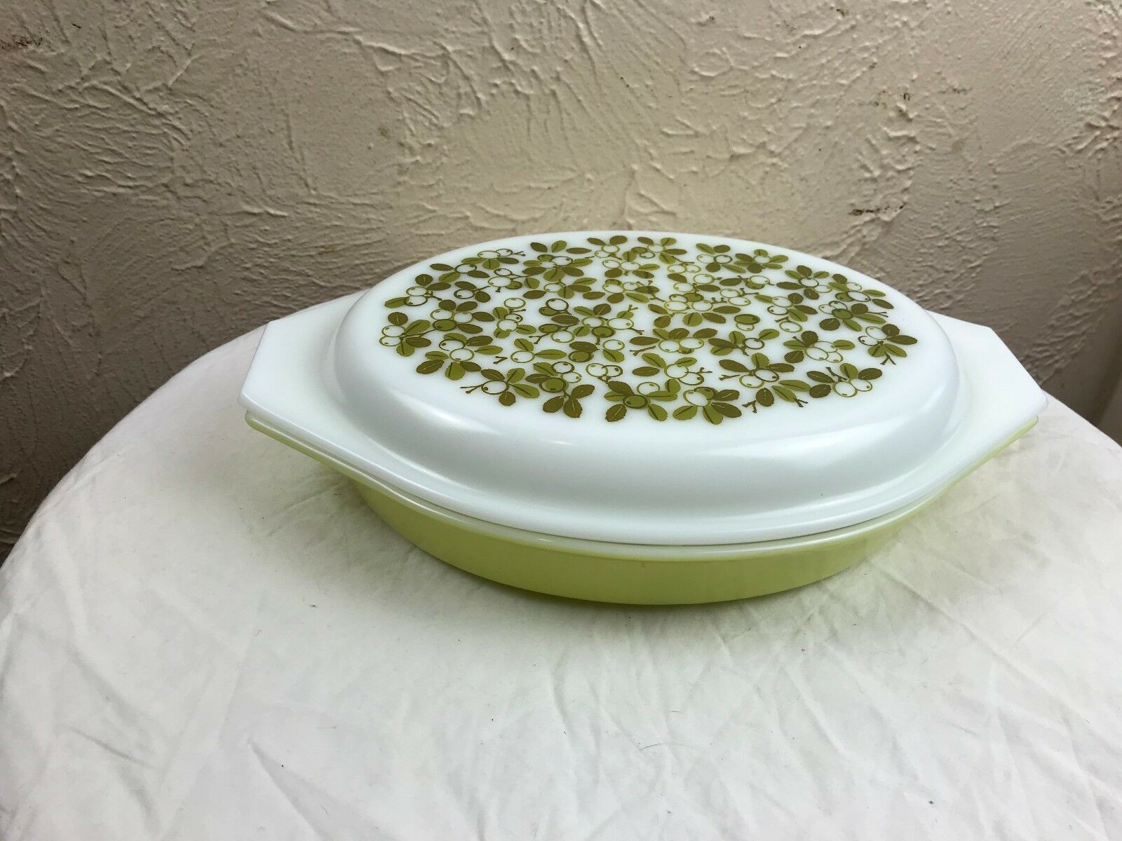 Pyrex Verde Green Olives 1 1/2 Qt Divided Casserole Dish with Lid Excellent