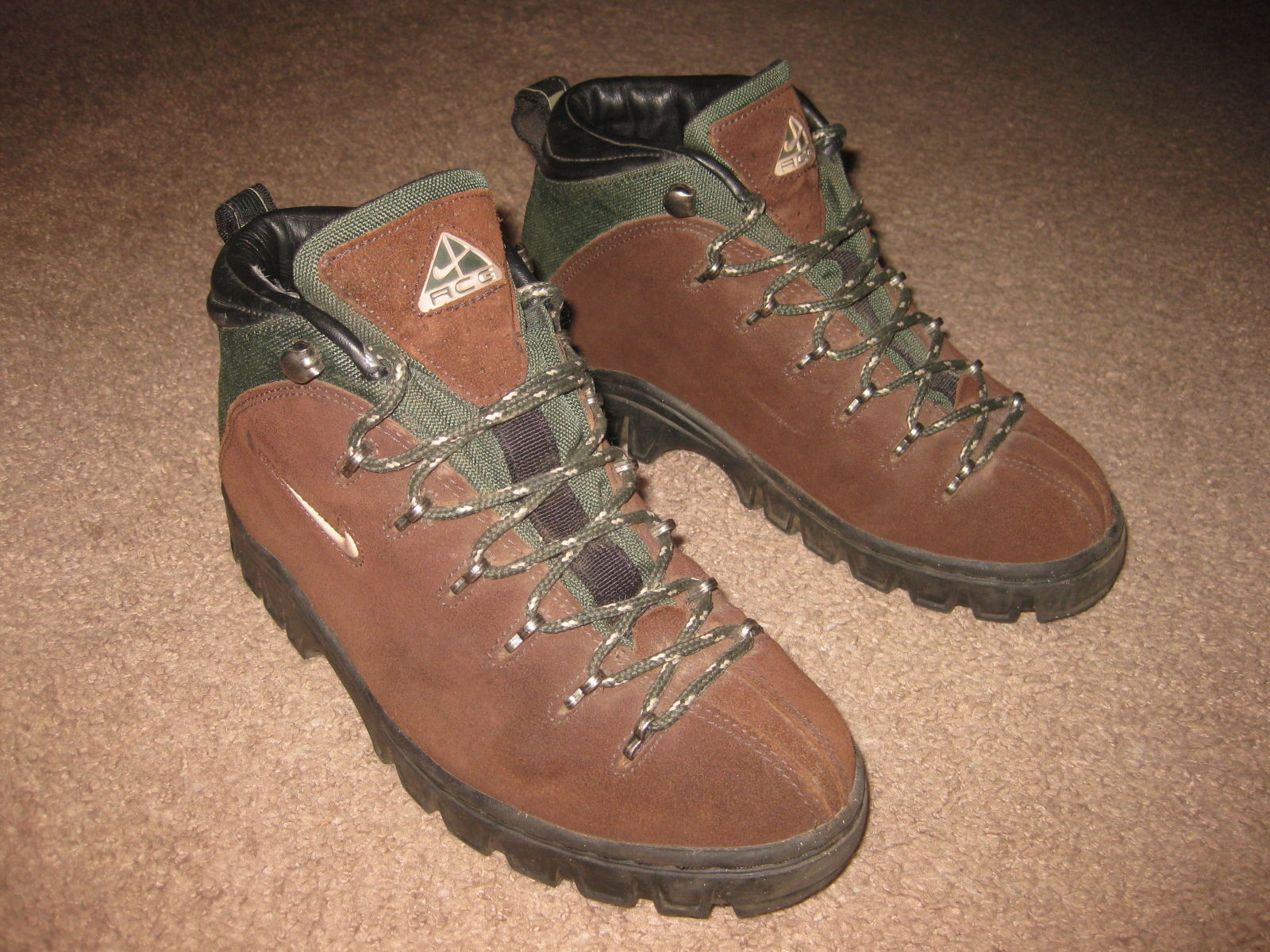 watch 8023e a56dd Nike Air ACG Women s Brown Suede Green Hiking Trail Boots Size 7