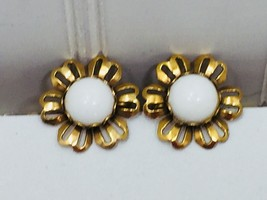 Vintage Gold Tone Screw Back Daisy Floral Earrings 24201 - $8.01