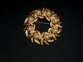 Avon Pearl Gold Wreath Brooch Costume Jewelry Vintage 1950's 1960's - $14.99