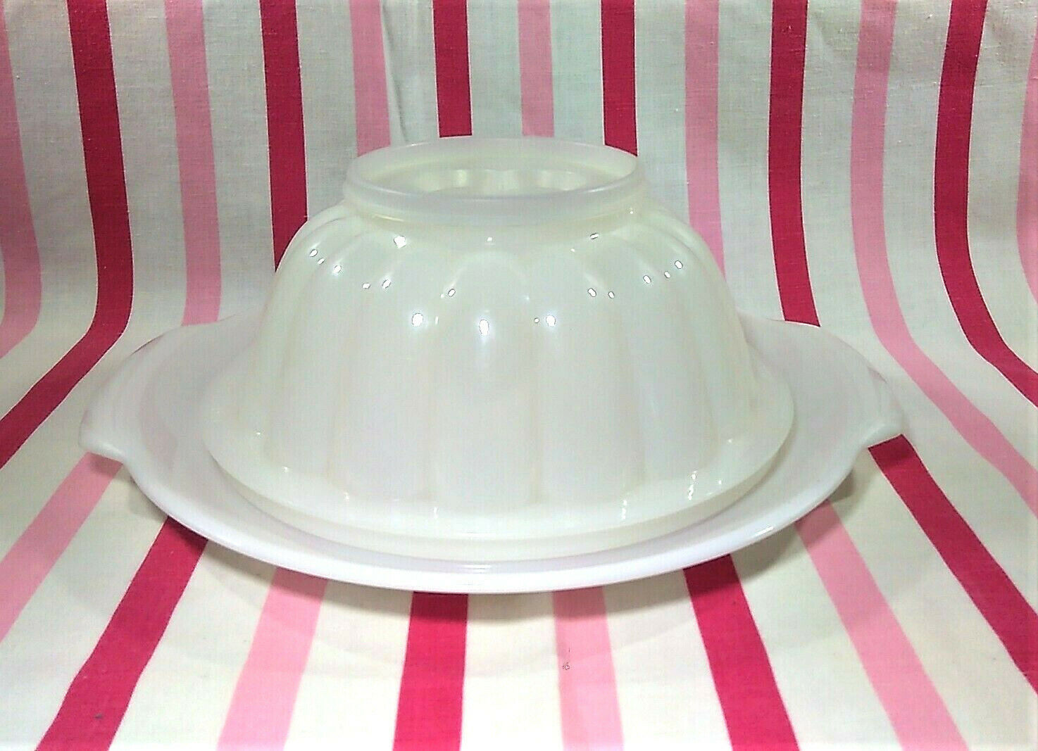 FUN Vintage Tupperware Jel-N-Serve Mold With White Tray and Heart Design Top image 2