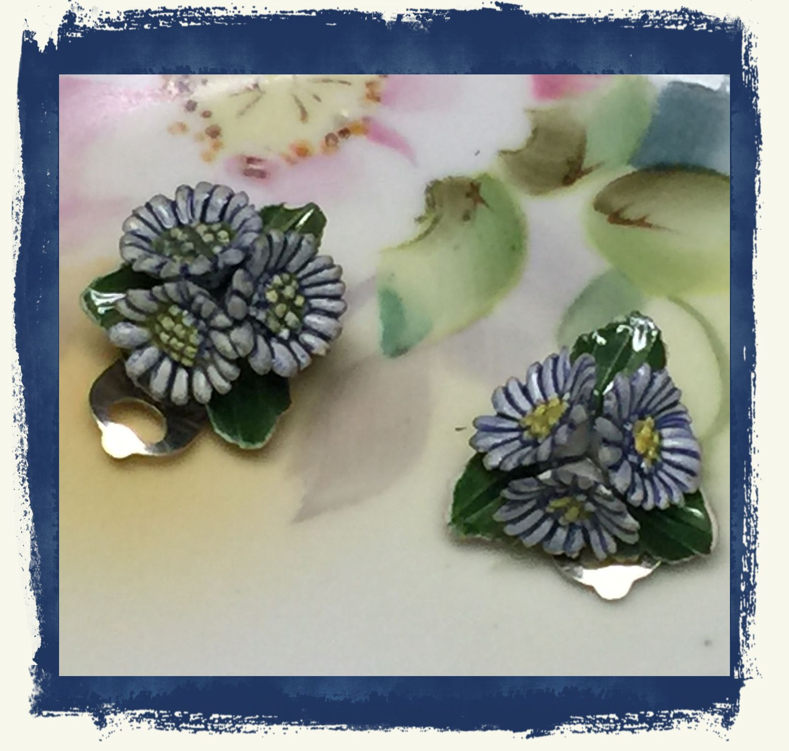 VTG 40s/50s Porcelain/China Blue Daisy Flowers Trio Small Clip On Earrings~VGVC