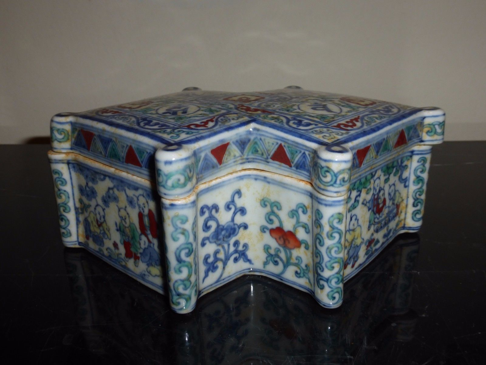 ANTIQUE FINE AND RARE MING DYNASTY CHENGHUA COVERED BOX SIX-CHARACTER BLUE MARK