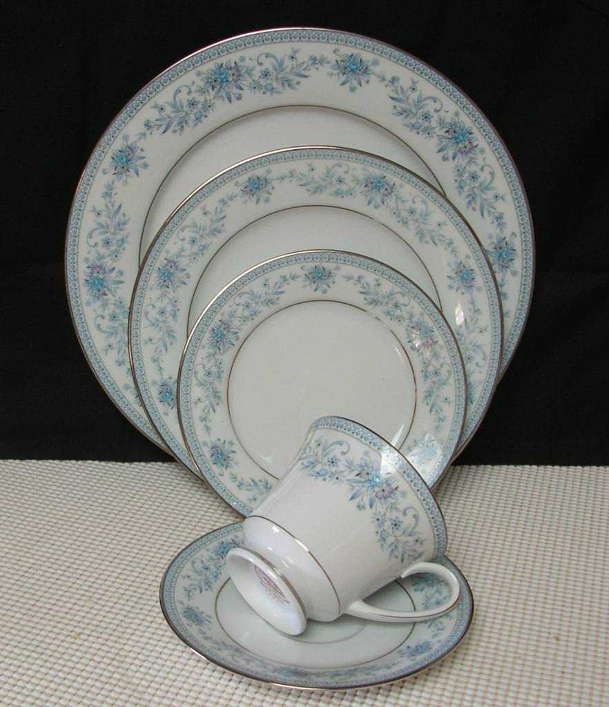 Primary image for Noritake BLUE HILL 5 piece PLACE SETTING Contemporary China Pat. 2482 EUC