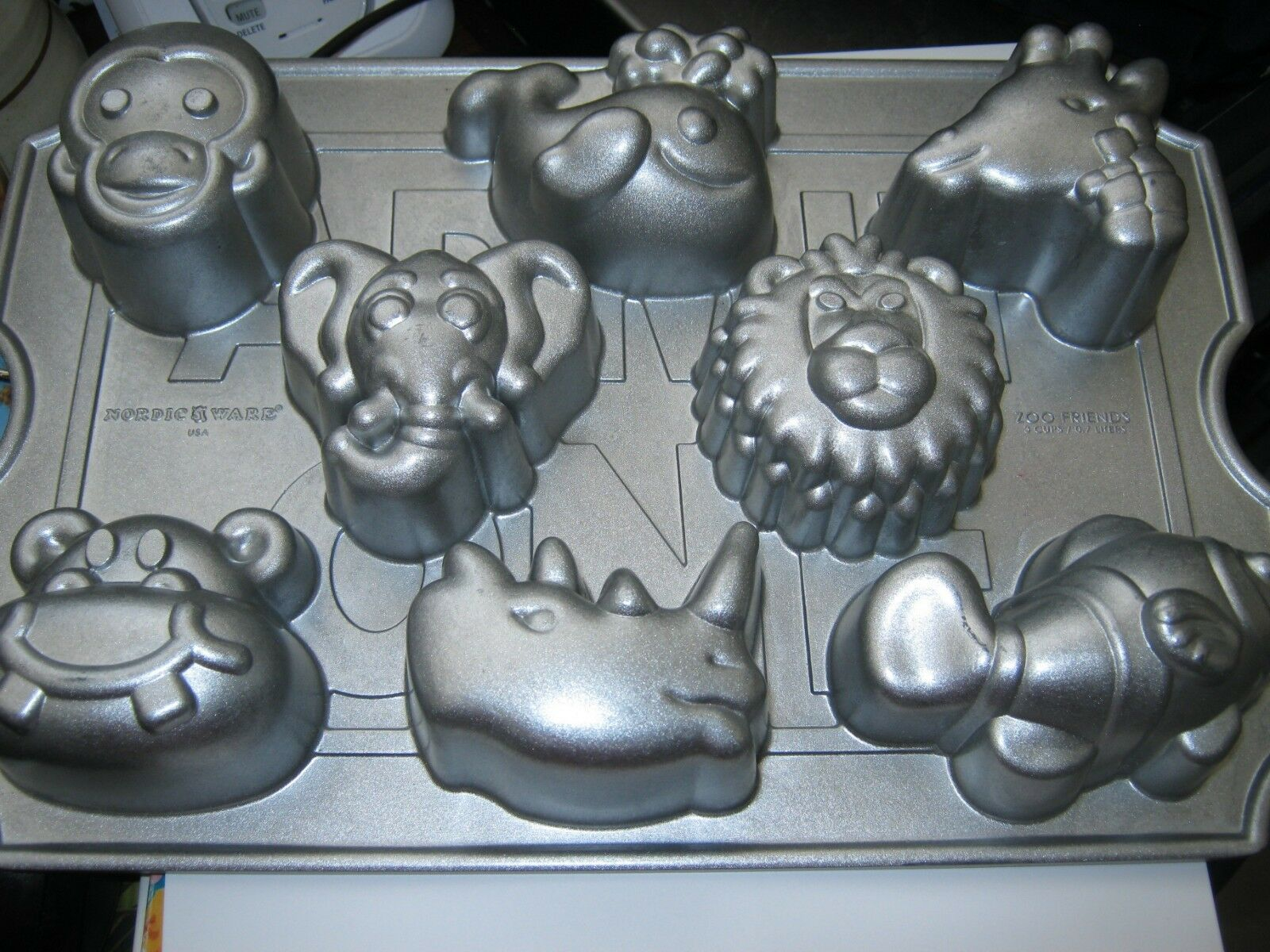 Primary image for Nordic Ware Zoo Friends Cupcake Pan 8 Capacity