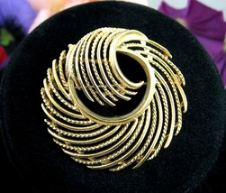 "LISNER Feathered SPIRAL BROOCH Vintage Pin Goldtone Round Signed  1 7/8"" - $19.99"