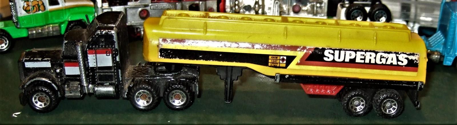 "Matchbox -  Convoy PETERBILT ""SUPERGAS TANKER"" image 2"