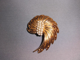 VTG Napier Signed Faux Pearl Gold Tone Toned Wire Art Deco Style Pin Brooch - $34.65