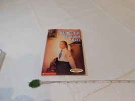 Scholastic Behind The Dormitorio Pared Read 180 Etapa B Level 3 Lector L... - $12.29