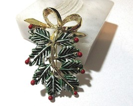 CHRISTMAS PINE LEAVES HOLLY BERRIES AND BOW VINTAGE SIGNED GERRYS PIN BR... - $16.00