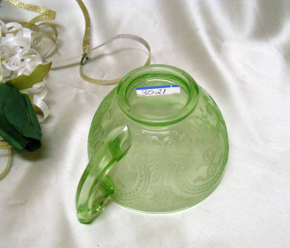3021 Antique Indiana Glass No.612 Green Horseshoe Cup